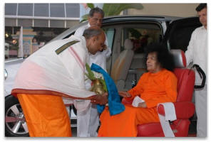 sai-baba-giving-blessings-gift.