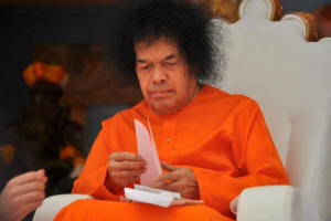 sathya sai baba reading devotees letter - sri-sathya-sai-baba-image-photo-swami-2