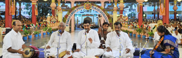 The Malladi Brothers who have given many scintillating concerts in the Divine Presence in the recent years sang many favourite numbers of Bhagawan.