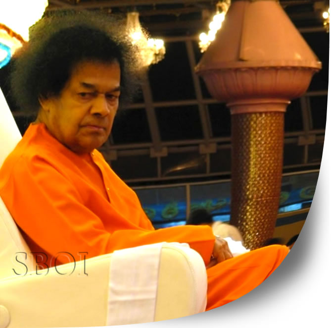 Bhagawan came into the auditorium at 1837 hrs. Even as He assumed the special dais, down the main stage, prasadam for distribution were taken to Him, both by ladies and gents separately.